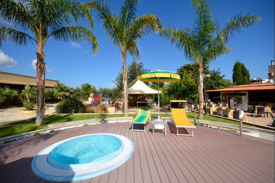 Area solarium e piscina